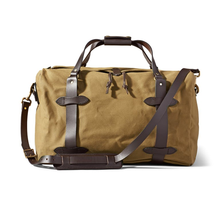 Discover the Filson Medium Duffle Bag. Rain-resistant Rugged Twill and durable Bridle Leather combine in this durable duffle bag. Discover the travel bag for all of your adventures.