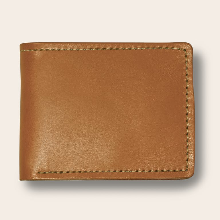 Discover the Filson Bi-Fold Wallet. A six-slot Bridle Leather bi-fold wallet handcrafted with heavy-duty nylon thread.