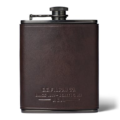Discover the Filson Trusty Flask. Filson's Trusty Flask is made of food-grade stainless steel and wrapped in Bridle Leather.